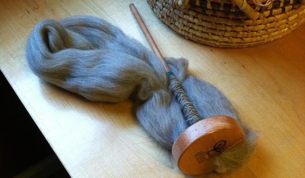 Alte Handarbeit - Handspindel - Wolle Spinnen